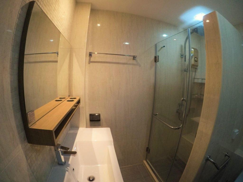 ห้องน้ำชั้นล่าง ภายในตึกแถว หลังรีโนเวทตึกแถวให้เป็นสไตล์โมเดิร์น