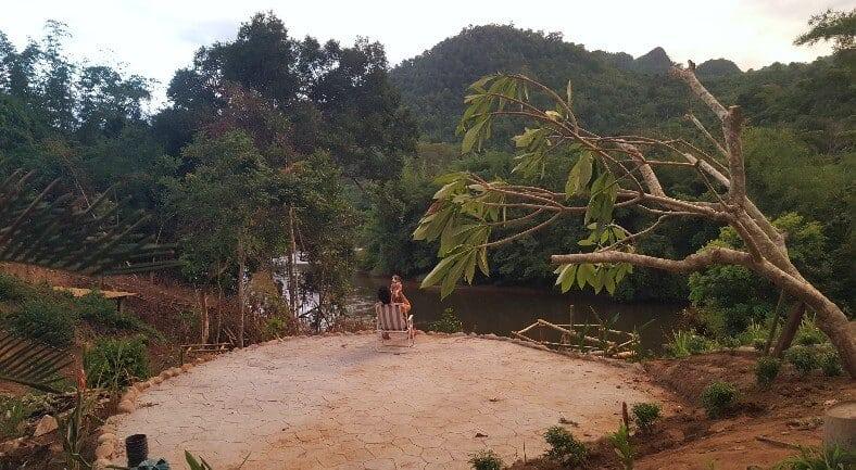รีโนเวทบ้านร้างริมแม่น้ำแควน้อย ให้กลายเป็นบ้านในป่า ของนักผจญภัยในยุค 40s