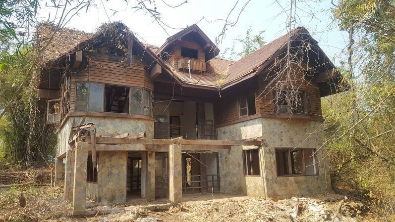 รีโนเวทบ้านร้าง ริมแม่น้ำแควน้อย ให้กลายเป็นบ้านในป่า ของนักผจญภัยในยุค 40s